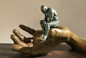Sculptuur Hand van God door Lorenzo Quinn
